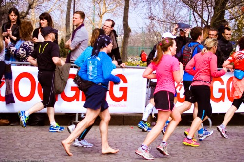 42 kilomètres.  L'attaque médio-pied (midfoot) toujours valable... (Photo Maya Sport)