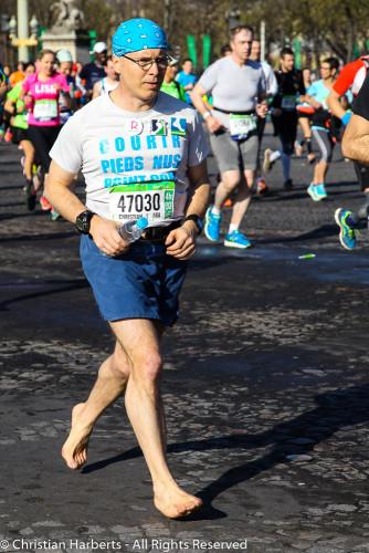 Christian Harberts, Marathon de Paris 2016 pieds nus - peu après le départ.